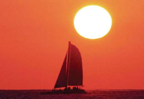 【午前/午後/サンセット/花火】ワイキキ沖をセイリング♪ ホロカイ号カタマラン・セイリング (シュノーケリング付き/なし)