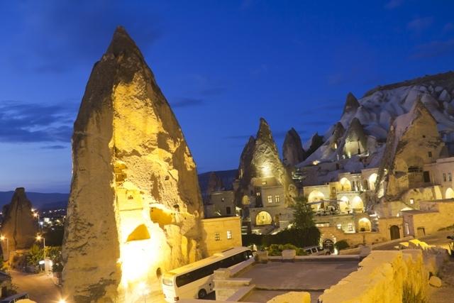 イスタンブール発・カッパドキア1泊2日観光(日本語ガイド、国内航空券、ホテル、朝&昼食込)