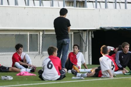 スペインサッカー協会公認日本人コーチと地元サッカーチームの練習を見ながらスペインサッカーを語らう
