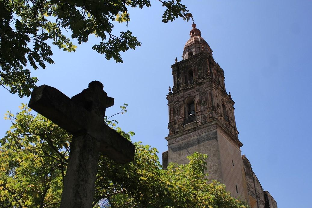クエルナバカとソチカルコ終日観光ツアー