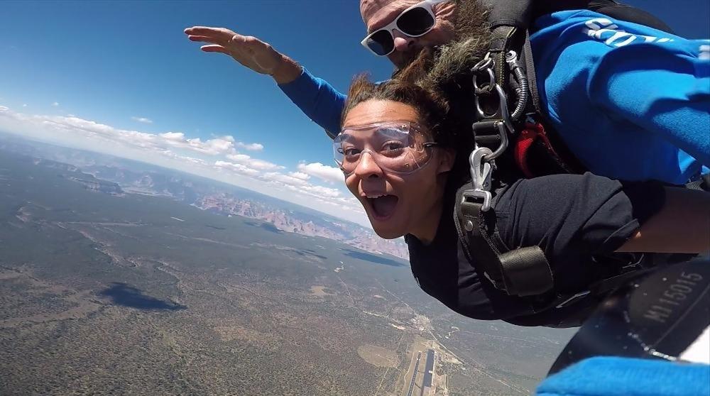 グランドキャニオンを眺めながらスカイダイビング *グランドキャニオン国立公園とラスベガス間を小型飛行機での往復付き