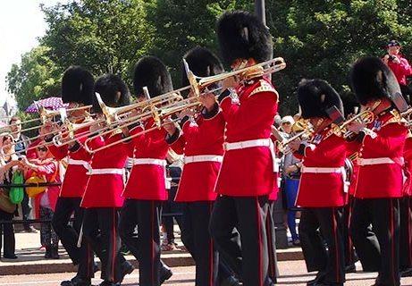 ロンドンならでは! バッキンガム宮殿にも立ち寄る! ロンドン午前観光