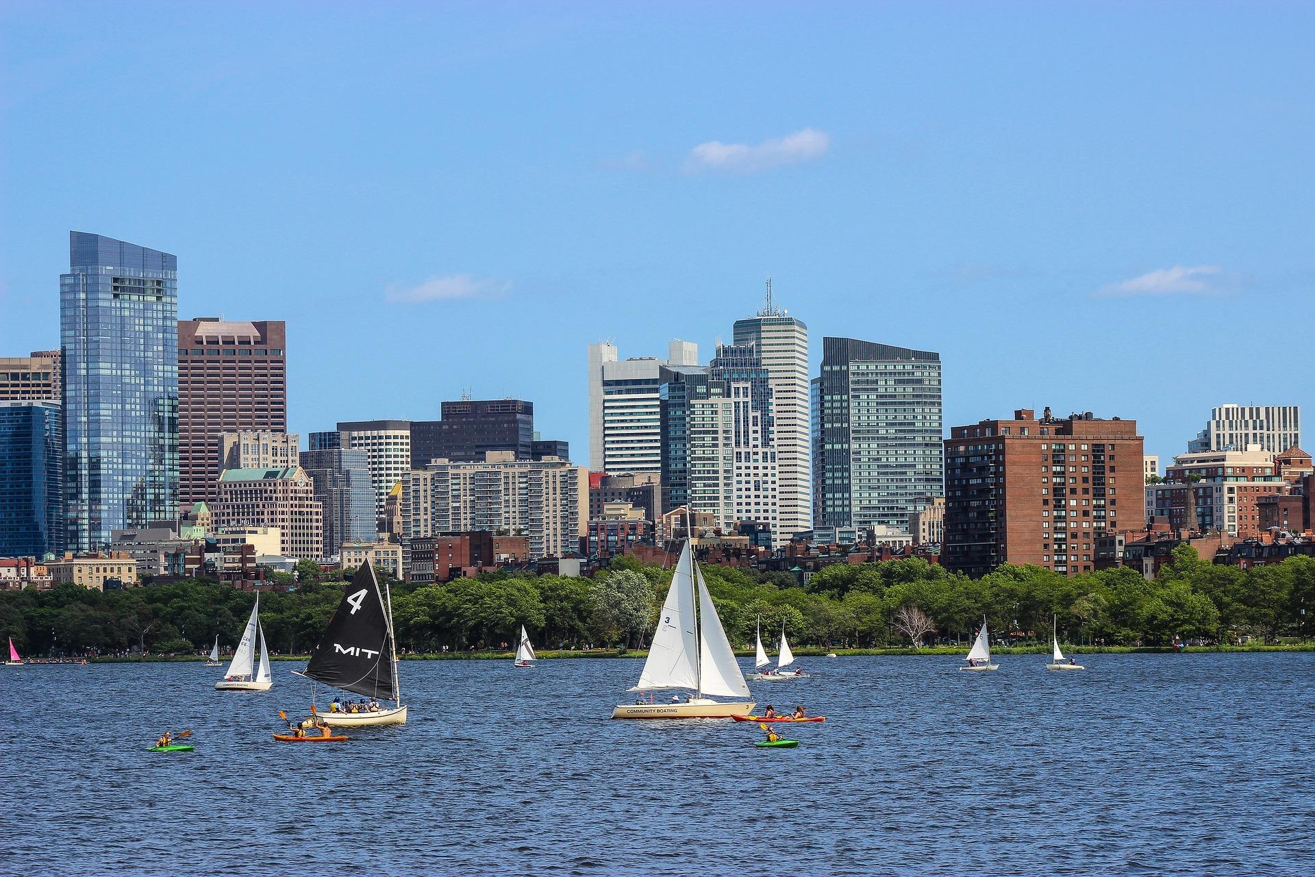 ボストン半日観光 (チャールス川のほとりよりボストンのスカイラインを一望)