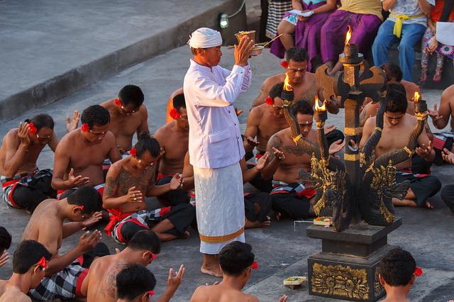 ウルワッ寺院ケチャックダンスと有名ジンバランビーチでの夕食