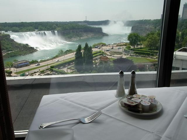 レインボールームでのランチ(レストランは変更になる場合があります。)展望レストランになります。席からは滝が見えにくい場合もあります。