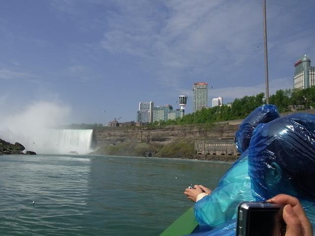 カナダ滝に向かってゆっくり進んで行きます。