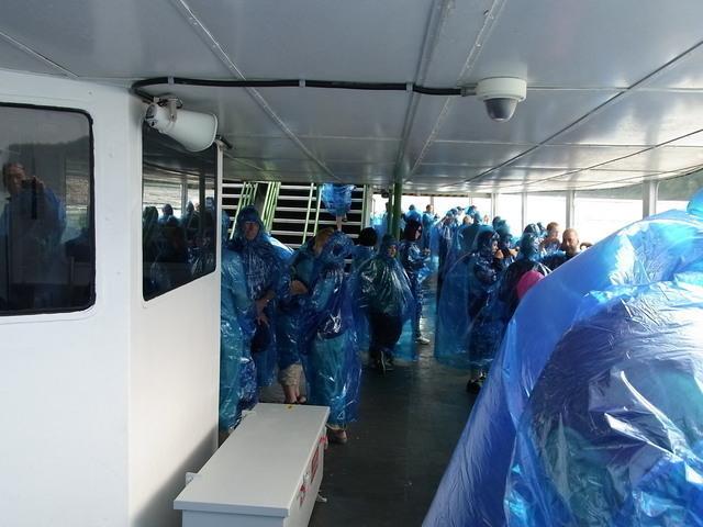 ナイアガラクルーズの船内はこんな感じです。