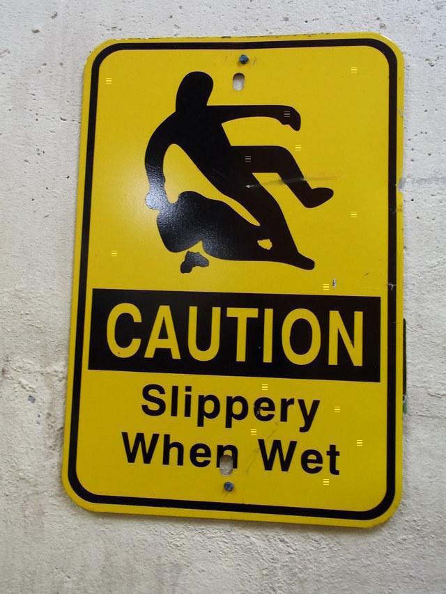 ナイアガラクルーズの船内は滑りやすいので注意です。