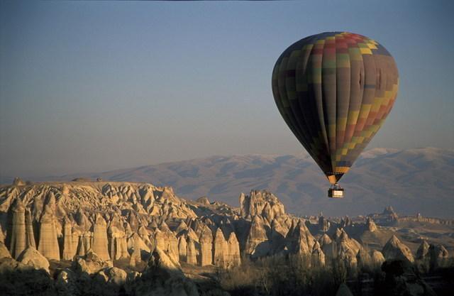 朝陽を浴びる熱気球