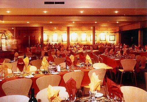 広々とした夕食のレストラン