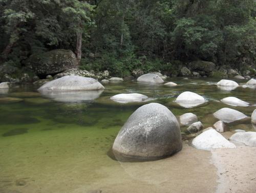この澄んだ渓流で泳ぐことが出来ます