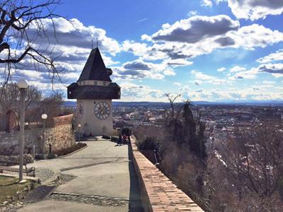 シュロスベルクの時計塔は街のシンボル