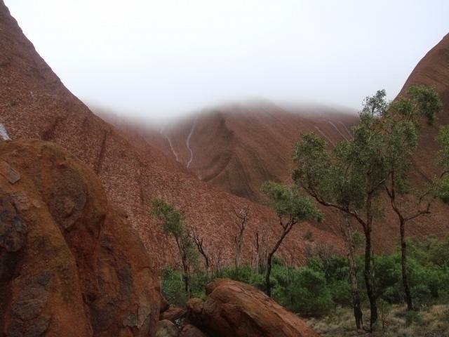 雨の日は滝の流れるウルルが見れることも