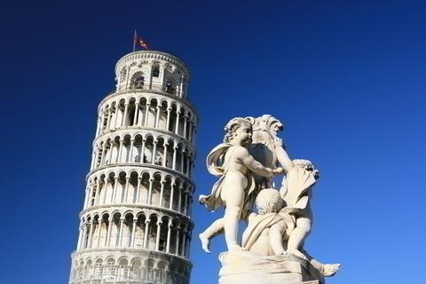 ピサの斜塔と彫刻