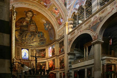 ピサの大聖堂の内部