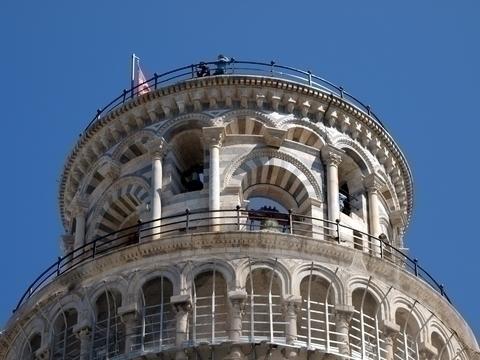 斜塔を見上げる