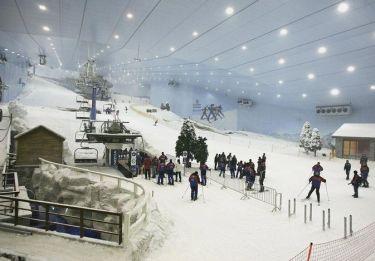全天候型インドアスキー場スキードバイ