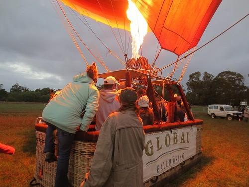 さあ、いよいよ熱気球の籠に乗り込みます!