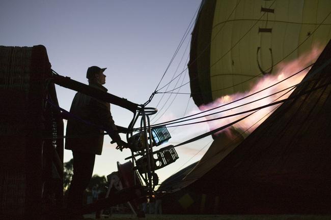 早朝の熱気球用意の様子