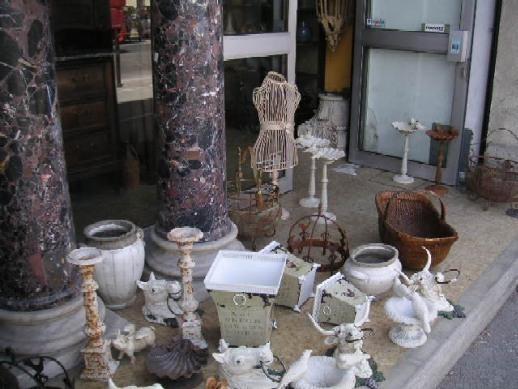 店頭に並ぶ骨董品