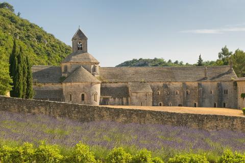ラベンダー畑にたたずむロマネスクのセナンク修道院