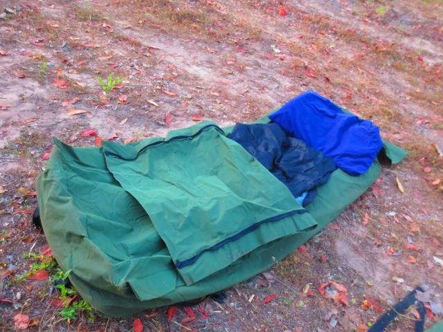 スワッグを開くとこんなカンジ。中にマットレスが入っており、更に寝袋を入れて寝ます。