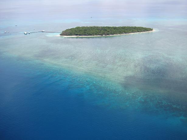 クリスタルブルーの海