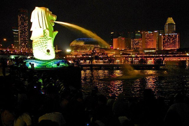 夜のマーライオン像