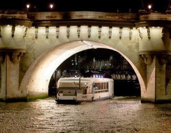 船上ディナーを楽しみながら、セーヌ川沿いに並ぶパリで最も美しいモニュメントの数々 に感嘆されるでしょう。