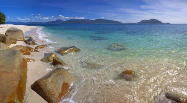 透き通るようなクリスタルブルーの海