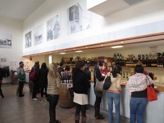 テイスティングの後に、カウンターにて気に入ったワインを購入できます。ワイナリーでしか手に入らないワインも多々あるので要チェックです! (一例)