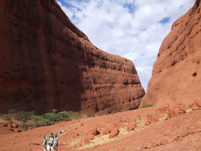 巨大な岩壁がそそり立つウォルパ渓谷