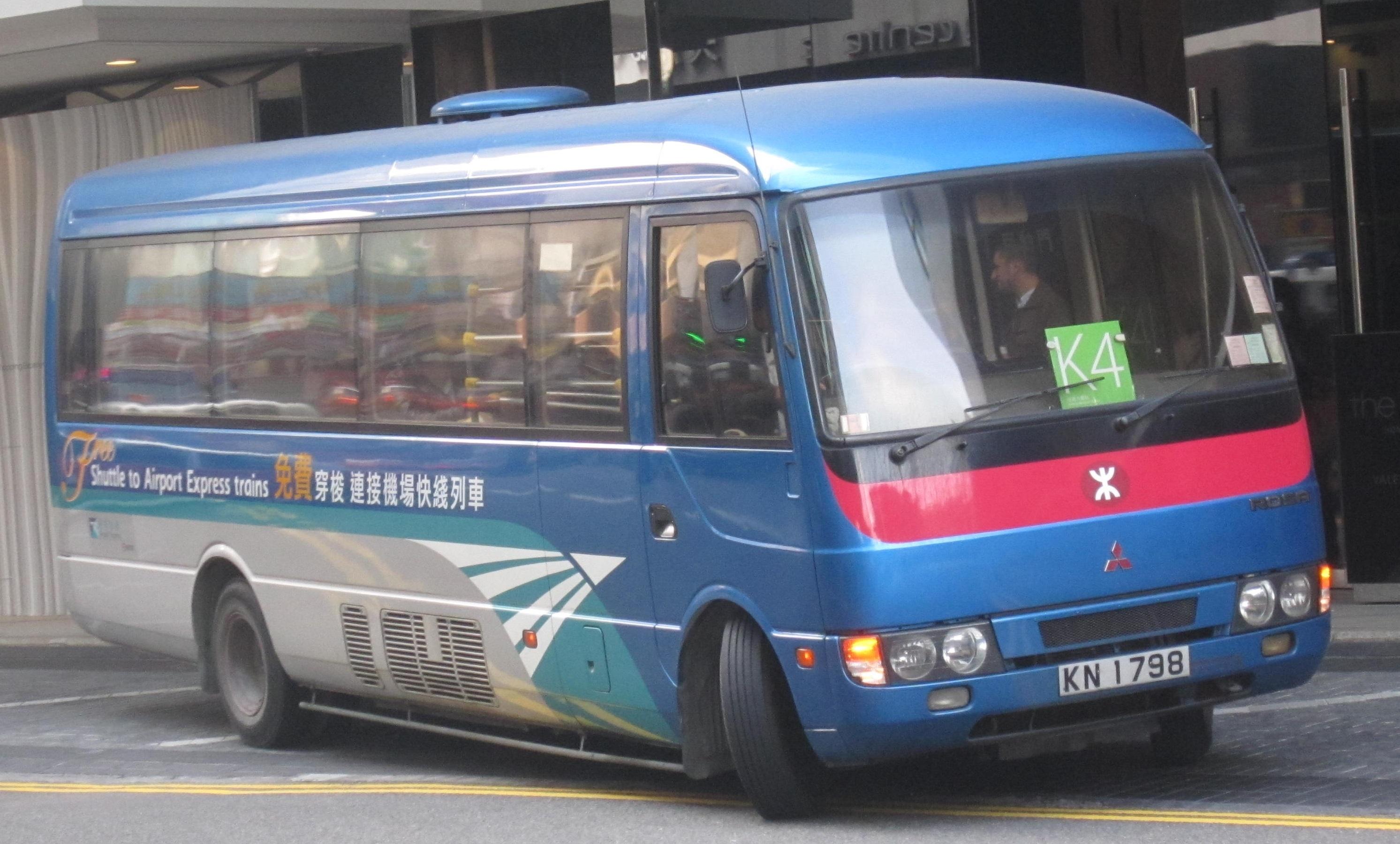 九龍駅、香港駅と主要ホテル間の無料シャトルバスはこのような青色です。ルートが複数あるので乗る前にチェック!シャトルバスは循環しているので往復ともに予約は不要です。