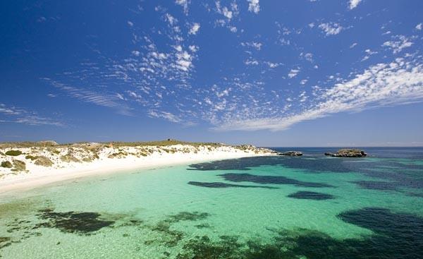 白い砂浜と青い海