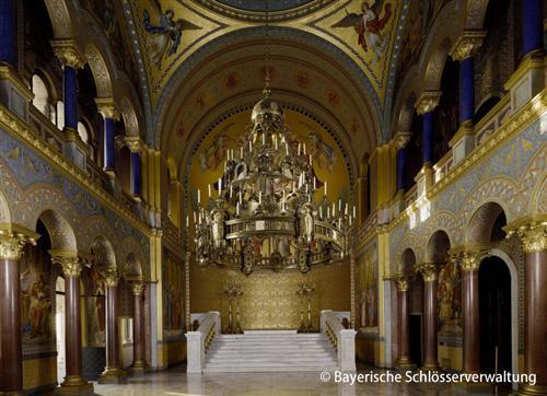 ルートヴィヒ2世の情熱が詰まった夢の城は世界中から観光客が絶えない人気スポット。豪華な内部は必見です。 入場には予約が必要ですが、ツアーは予約されているのでスムーズに入場いただけます。 時間に余裕がある場合はマリエン橋まで足を伸ばして、ノイシュバンシュタイン城の全景をご覧ください。