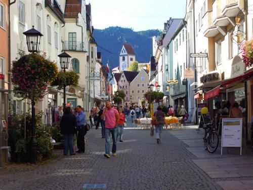 ノイシュバンシュタイン城観光へのゲートタウンとしても有名な町。ミュンヘンとは異なる落ち着いた町並みを散策いただけます。昼食時間もお取りしていますので、お気に入りのレストランを見つけて自由にランチをお召しあがりください。