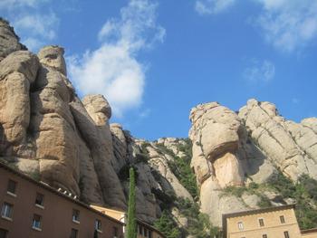 カタルーニャ語で「のこぎり山」