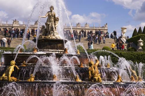 大噴水祭も行われる庭園の噴水