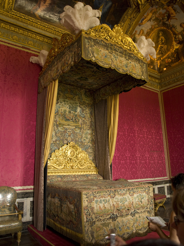 煌びやかな王妃の寝室