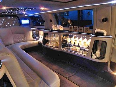 豪華な車内(実際とは異なる場合があります)
