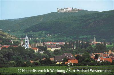 デュルンシュタインの向こうにゲットバイク修道院を望む