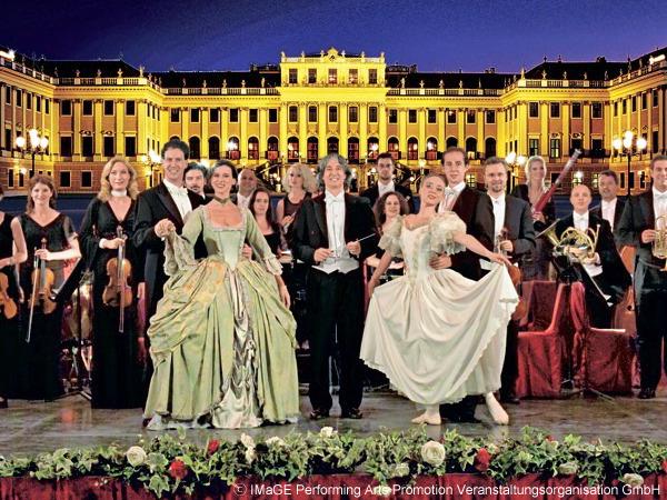 華麗な宮殿の敷地内でのコンサート