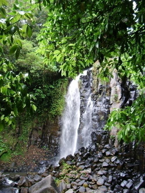 美しく流れるマンガリの滝