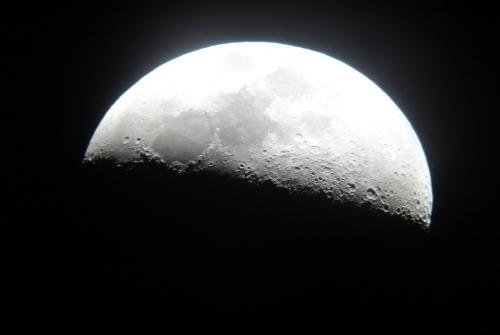 闇夜に浮かぶ銀色に輝く月