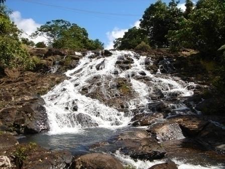 涼やかなせせらぎを奏でるマンガリーの滝