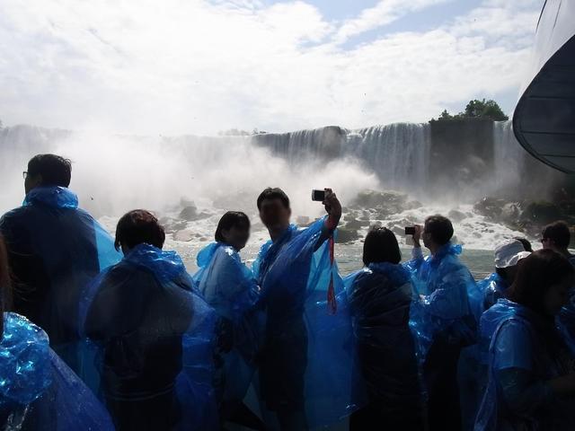 ナイアガラの滝をバックにお約束の記念撮影をパチリ♪