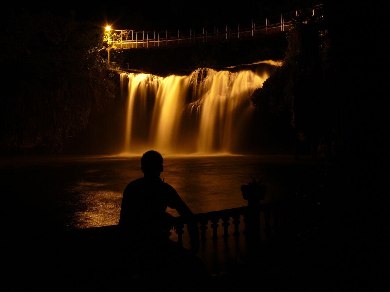 ライトに照らされるパロネラパークの滝