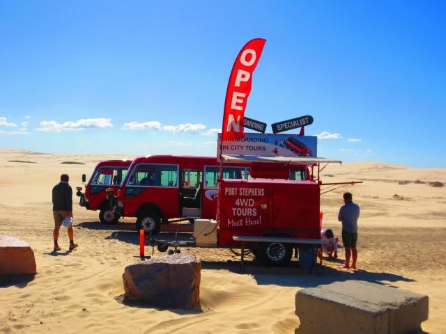 続いて32kmにも広がる大砂丘に到着。ここで四駆のバスに乗り換えます。