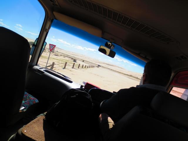 凸凹の砂丘を四駆のバスで進みます。