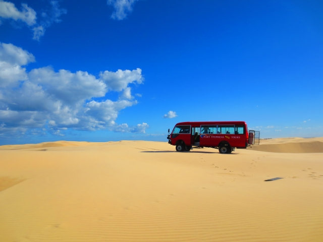 四駆のバスと砂丘
